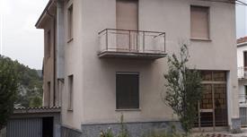 Casa indipendente di 170 mq con garage vendo € 80000 trattabili.