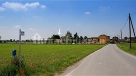 Villa plurifamigliare grande con giardino piantumato