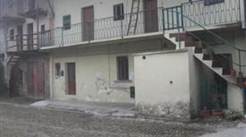Casa di corte da ristrutturare  con cortile e cassero adiacenti