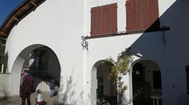 Casa indipendente signorile con ampia aia e terreno formata da due unità immobiliari
