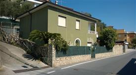 Appartamento luminoso al primo piano in villa bifamiliare.