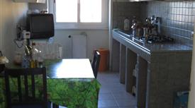 Camera doppia con bagno esclusivo in appartamento arredato.
