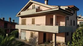 Vendesi villa trifamiliare su 3 livelli appartamenti indipendenti