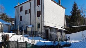 Casa con giardino e garage in vendita  a Berceto
