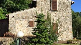 Casa in stile rustico con depandance e 4 ettari di terreno.