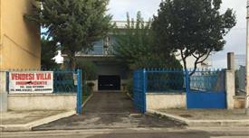 Villa di 900mq con giardino e posti auto edificabile