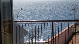 Trivani ammobiliato fronte mare in vendita