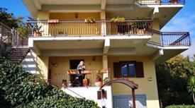 Villa Bifamiliare luminosa con ampi spazi esterni 360.000 €