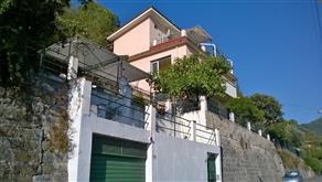 Casa indipendente vista mare, ristrutturata con tre appartamenti, grande giardino, garage