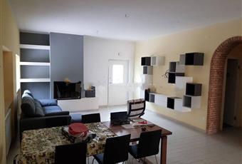 Il salone è con camino, il pavimento è piastrellato, il salone è luminoso Abruzzo PE Pescara