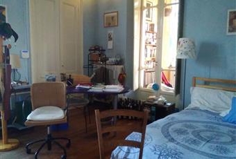 Dall' ingresso si accede al tinello, adiacente la cucina e al soggiorno. I pavimenti sono pricipalmente in parquet d' epoca, i locali molto ampi e alti, con soffitti decorati.  Dal soggiorno si accede alla camera e alla veranda, che apre sul giardino. Piemonte BI Biella