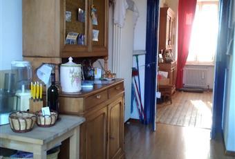 La cucina é spaziosa e luminosa, con portafinestra che porta al balcone e discesa al cortile interno. Piemonte BI Biella