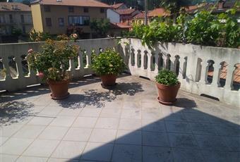 I due terrazzi al primo piano, interamente ristrutturati di recente, offrono angoli di relax e vista sulle montagne e sul giardino. Piemonte BI Biella