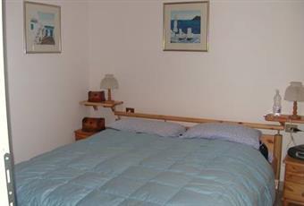 Camera da letto matrimoniale con armadio e specchio, finestrata e fresca. Piemonte VB Ghiffa