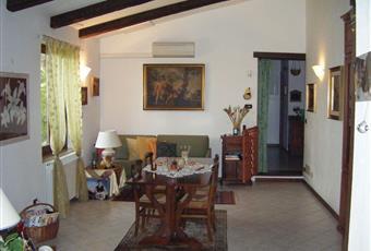 Salone interno 1  - le due abitazioni sono comunicanti tramite la solida porta scorrevole a scomparsa situata tra i due saloni. Porta d'ingresso dell'interno 1. Piemonte AL Belforte Monferrato