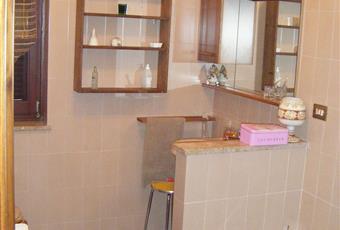 Camera da letto patronale con bagno annesso. 1 porta-finestra nella camera e una finestra in bagno. Piemonte AL Belforte Monferrato