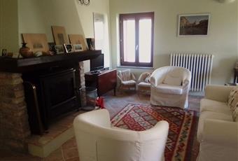 Il salone è luminoso, con camino, il pavimento è piastrellato Abruzzo TE Atri