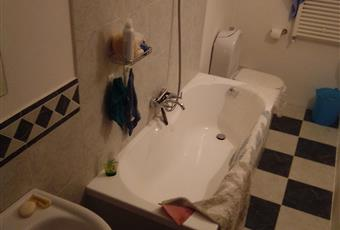Il pavimento è piastrellato Tre bagni: uno in camera ed uno in comune al primo piano ed un terzo bagno al piano terra. Abruzzo TE Atri