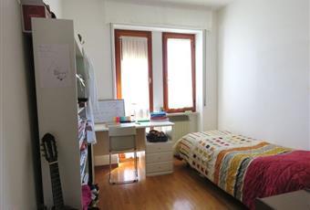 Il pavimento è piastrellato, la camera è luminosa, il pavimento è di parquet Marche MC Matelica