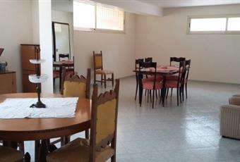 Il pavimento è piastrellato, il salone è luminoso, con travi a vista Sicilia AG Porto Empedocle