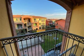 Zona giorno molto luminosa grazie alla grande porta finestra che da accesso al terrazzo con affaccio sul parco  Lombardia BG Capriate San Gervasio