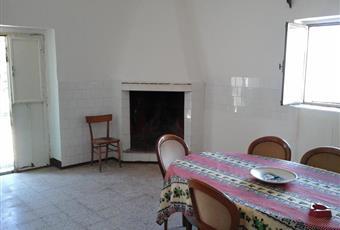 Il pavimento è piastrellato, il salone è luminoso, con camino Puglia BR Ostuni
