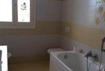 Il bagno è luminoso, il pavimento è piastrellato Emilia-Romagna MO Mirandola