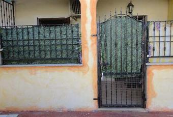 cortile ampio con posto auto privato. terrazza con tavolino e quattro sedie. cortile ideale per bambini. molto grande Sardegna NU Torpè