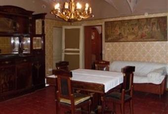 Il salone è con soffitto alto, il pavimento è piastrellato, travi a vista, luminoso Piemonte AL Vignale Monferrato