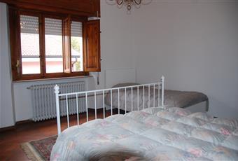 La camera è luminosa, il pavimento è di parquet Toscana LU Lucca