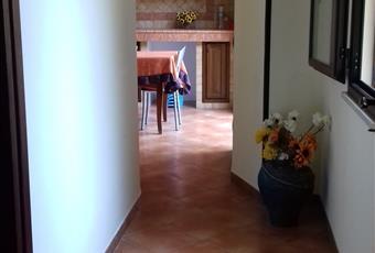 Cucina in muratura attrezzata che comunica con la veranda scoperta. Sicilia TP Marsala