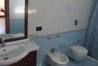 Bagno con i sanitari sospesi e un mega box doccia con due soffioni. Sicilia TP Marsala