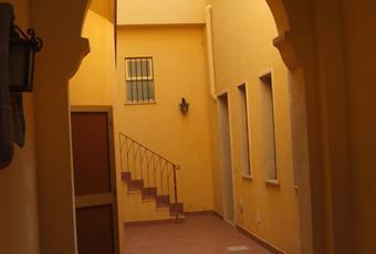 Portone d'ingresso dell'appartamento e cortile interno con gli archi. Sicilia TP Marsala