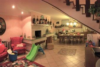 Il pavimento è piastrellato, il salone è con camino Emilia-Romagna RN Rimini