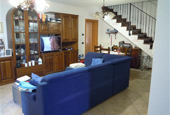 Spazioso salone con scala a vista e canna fumaria per stufa o caminetto. Emilia-Romagna MO Concordia sulla Secchia