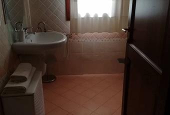 Il bagno è luminoso, il pavimento è piastrellato Sardegna SS Olbia