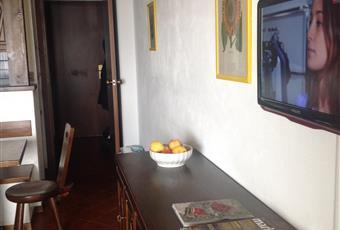 Salotto pranzo luminoso, con divano letto, con vista sulle Torri Piemonte TO Sestriere