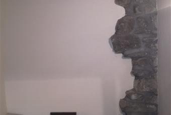 Il pavimento è piastrellato in cotto, il salone è luminoso e dotato di caminetto.Ampia e comoda scala interna, interamente rivestita in legno con annesso ripostiglio nel sottoscala Valle d'Aosta AO Saint-Vincent