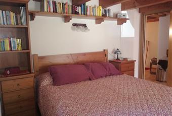 Il pavimento è di parquet, la camera, con doppia esposizione, ha il soffito in legno con travi a vista ed è dotata di balconcino Valle d'Aosta AO Saint-Vincent