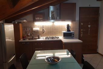 Il pavimento è piastrellato, la cucina è con travi a vista Lombardia SO Aprica