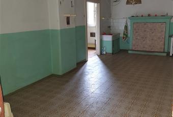 entrando si trova un'ampia cucina con camino, stufa e lavabo Lazio VT Blera