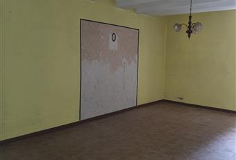 salone con cui è aperto uno scarico per acque nere, infissi nuovi e funzionanti e persiane nuove e funzionanti. Lazio VT Blera