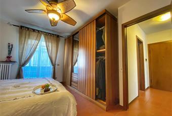 Il pavimento è piastrellato, la camera è luminosa, e silenziosa con affaccio giardini interni e colline Veneto VR Verona
