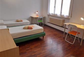 Camera doppia, ampia e luminosa, con pavimento in parquet: euro 170 Cad. Marche AN Ancona