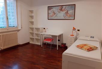 Camera singola, ampia e luminosa, con pavimento in parquet: euro 200  Marche AN Ancona