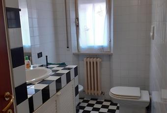 Il bagno con doccia, luminoso. Marche AN Ancona