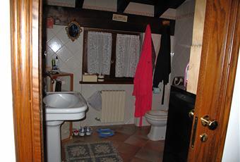 bagno principale al piano primo con vasca Iacuzzi e doccia, piano lavabo in muratura con 2 vasche incassate. Piemonte AL Castelletto D'orba