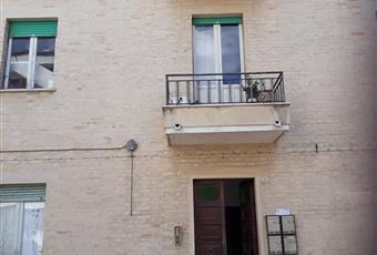 Il posto auto è davanti alla palazzina situata in una stada residenziale silenziosissima con supermercato a 50 metri Marche FM Fermo