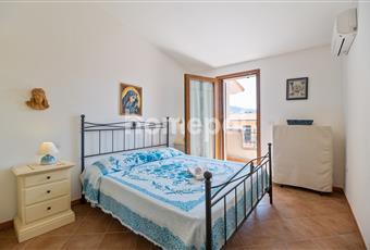 Camera da letto con balcone vista mare che dà sulla strada.  Sardegna SS Valledoria