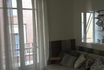 Il salone è luminoso, con porta finestra Piemonte AT Asti
